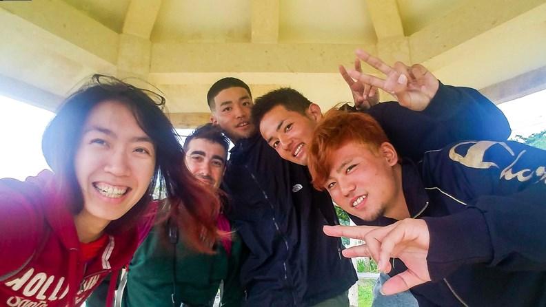 搭便車讓我們遇到之前不可能認識的人,像在沖繩被這群剛畢業的日本高中生載到。(圖片提供:作者)