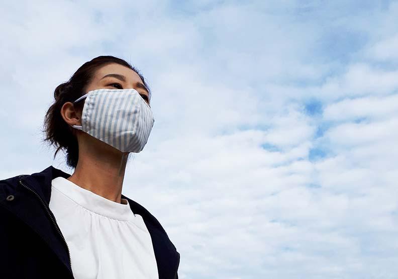 好好戴口罩,即便它並不舒適,就是今年台灣人能夠過平凡日子的原因。圖片來自photoAC