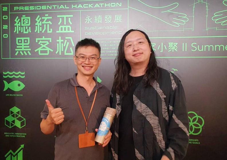 政務委員唐鳳(右)也為奉茶APP現身站台。(圖片提供:奉茶)