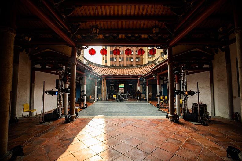 回到台南展開建築事業之外,陳百棟更希望能回饋故鄉,因而成立誠美社會企業,不只認養市定古蹟「陳德聚堂」,更與藝術家合作,希望能傳承在地文化,青銀創生。