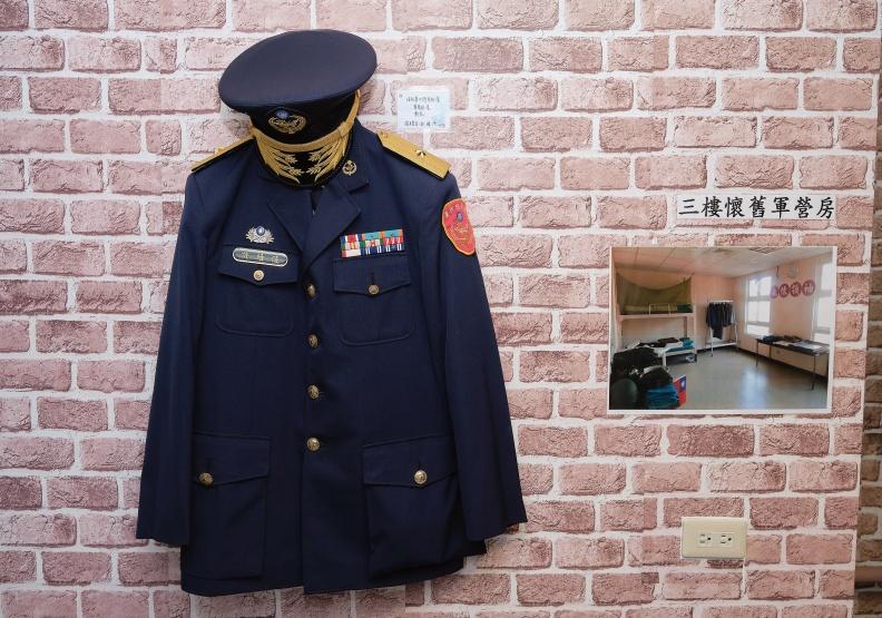 板橋榮家陳設的軍服與營房可讓榮民回想起軍旅生涯的點滴。林衍億攝