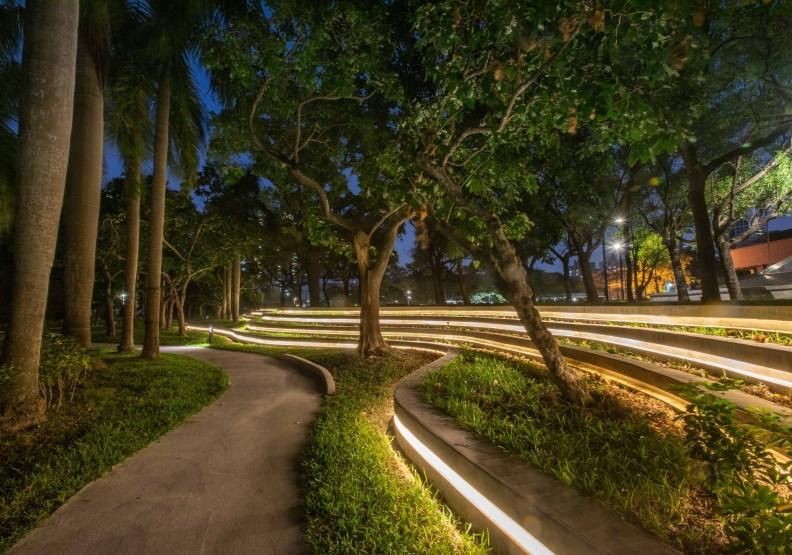 美術館園區湖畔旁步道夜間景觀。高美館提供