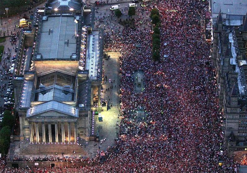 英國倫敦聖潘克拉斯車站經現大批「逃難」人潮。