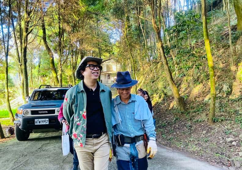 作者與賴桑(右)一起於山上散步。圖片由歐萊德提供