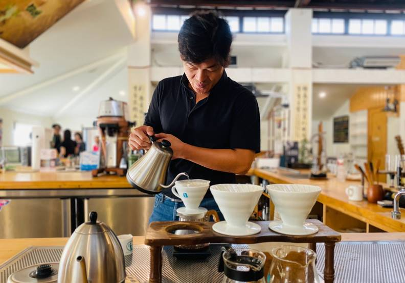 建忠對每杯手沖咖啡的堅持,與父親賴桑同出一轍。圖片歐萊德提供
