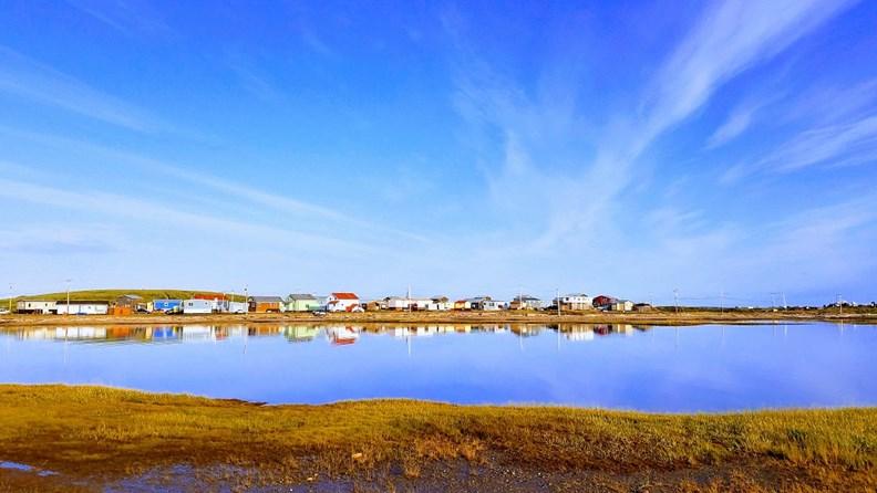 位於北極海旁的圖克托亞圖克小鎮,有股即將消逝的冷冽美感。