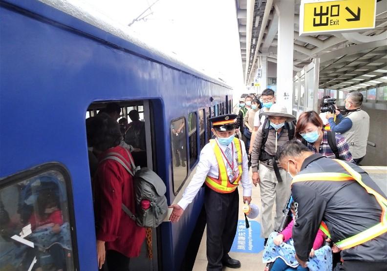 全台僅存每天往屏東枋寮至台東站各一班的藍皮普快,今天上午由枋竂站開出的末班車,吸引大批鐵道迷和懷舊民眾搶搭。