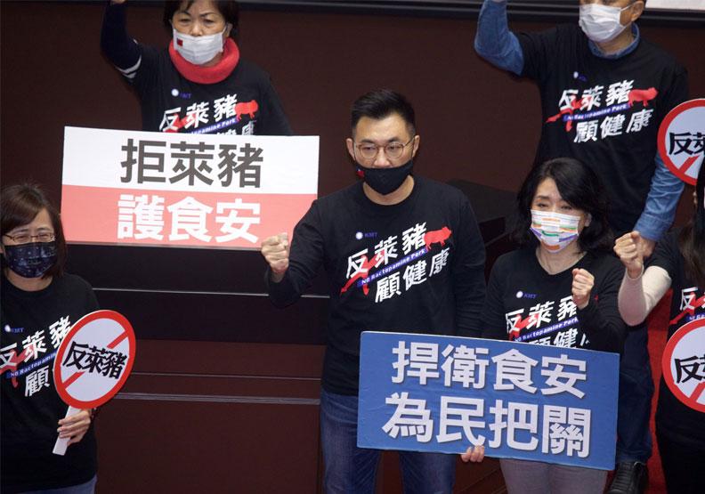 立委們不斷在立院抗議政府進口萊豬。遠見池孟諭攝影