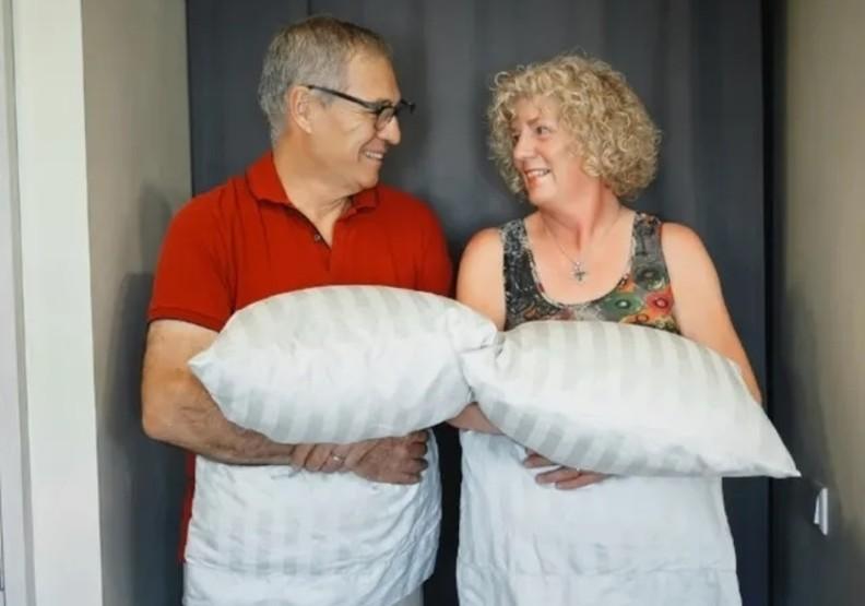 帶上自己習慣使用、喜歡的枕頭,是夫婦倆讓旅途更舒適的小秘訣。