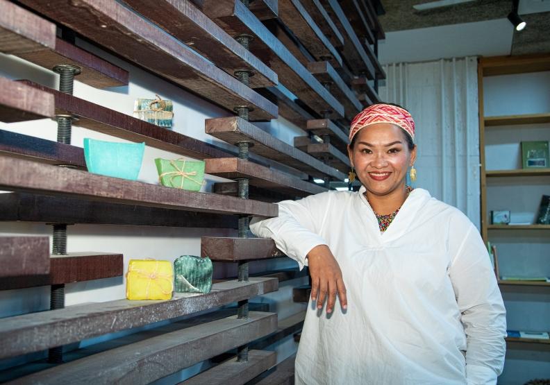 「野菜皇后」林陳美珊用直播分享部落文化。
