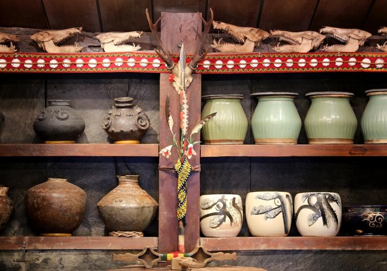 阿禮大頭目的家屋內 珍藏的獸骨與陶壺。