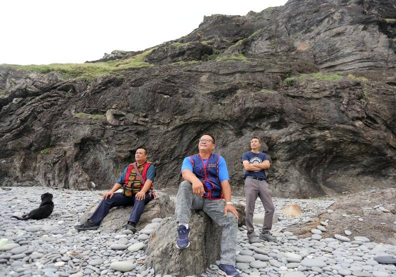 走在屏東牡丹鄉的阿朗壹古道,返鄉青年與熱血公僕以旅創帶動地方活力。