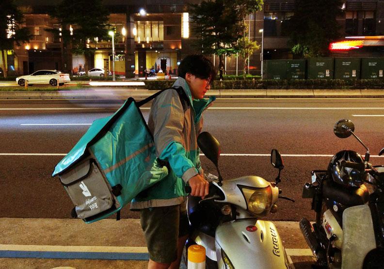 忙碌穿梭街頭的外送員,疲憊身影下隱藏了什麼故事?(取自戶戶送臉書)