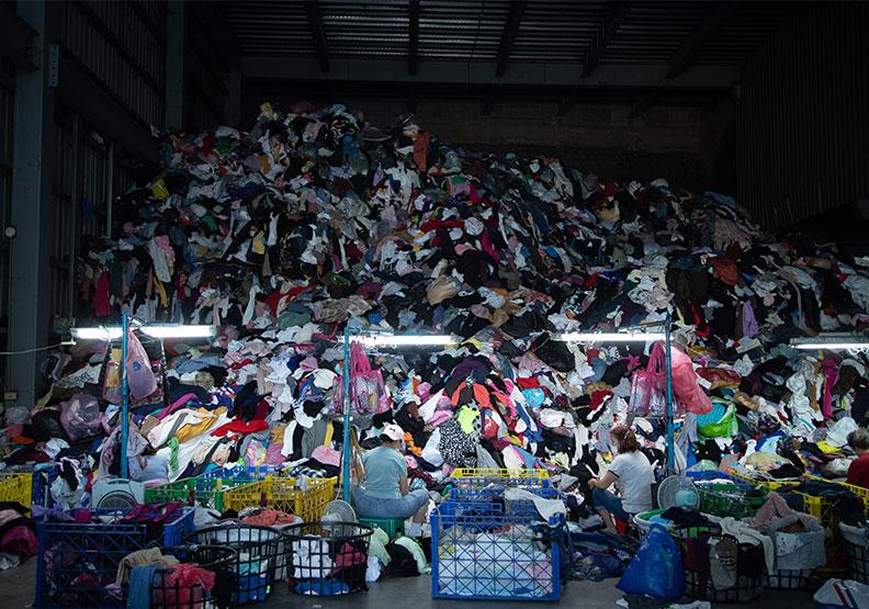 正川回收廠的舊衣已直逼天花板。