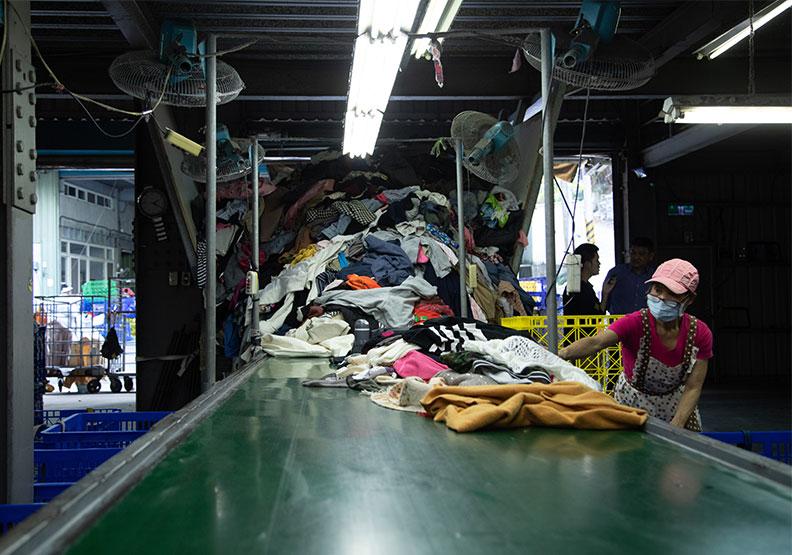 正川回收場花上較高的人力篩選舊衣品質。