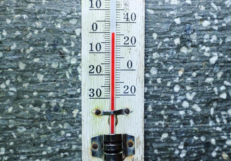 陽明山凌晨下雪,二子坪停車場溫度計顯示0度。