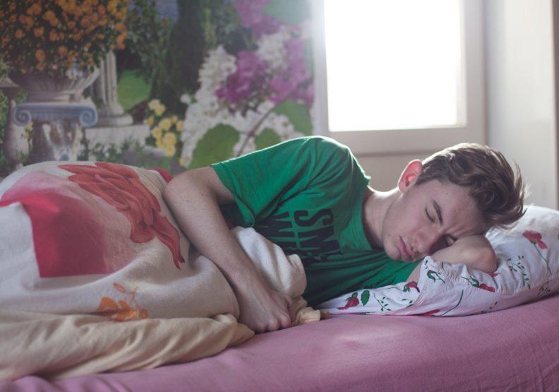 當孩子上大一就可以請他搬出去,他在外睡懶覺錯過打工、付不出學費與生活費都是他的事。圖片來自pexels