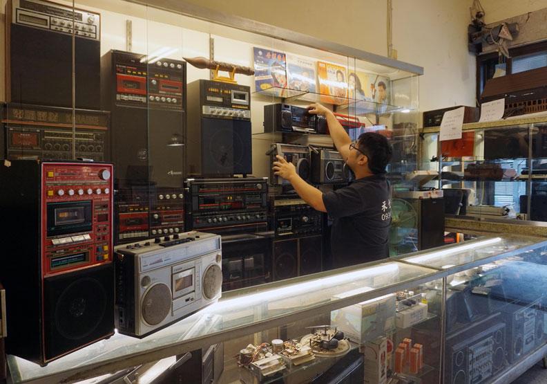 回到30年前?這家店專修老電器,唱片機、留聲機甚至黑膠唱盤
