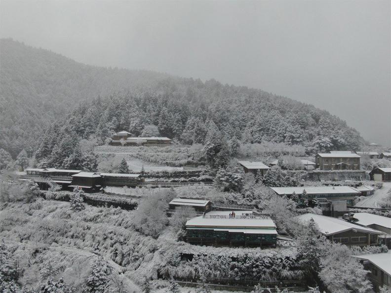 強烈寒流來襲,宜蘭太平山區降下瑞雪,但有兩名老翁疑似低溫,在睡夢中猝死。取自羅東林管處