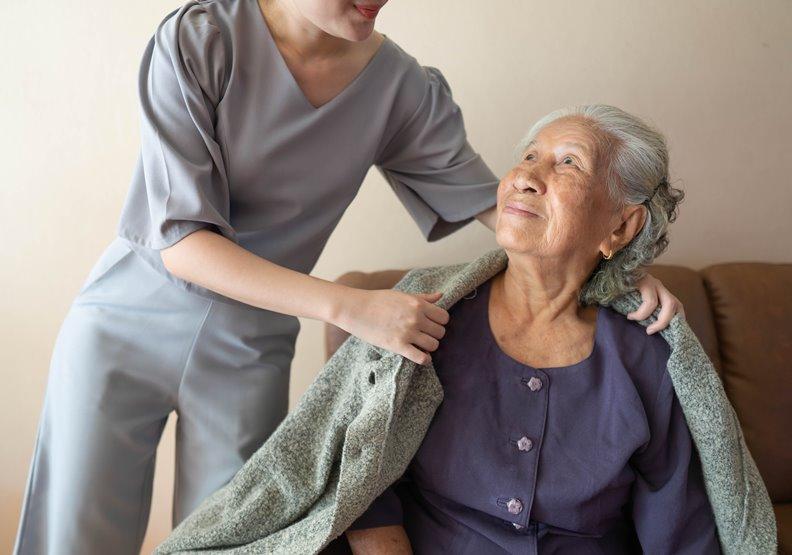 寒流、回溫都有猝死風險!老人、心血管疾病和三高族先暖身,勿驟然下床