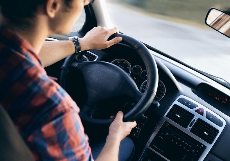 這位青年司機和父親生前的感情深厚,令我動容。為情境配圖,來自pexels