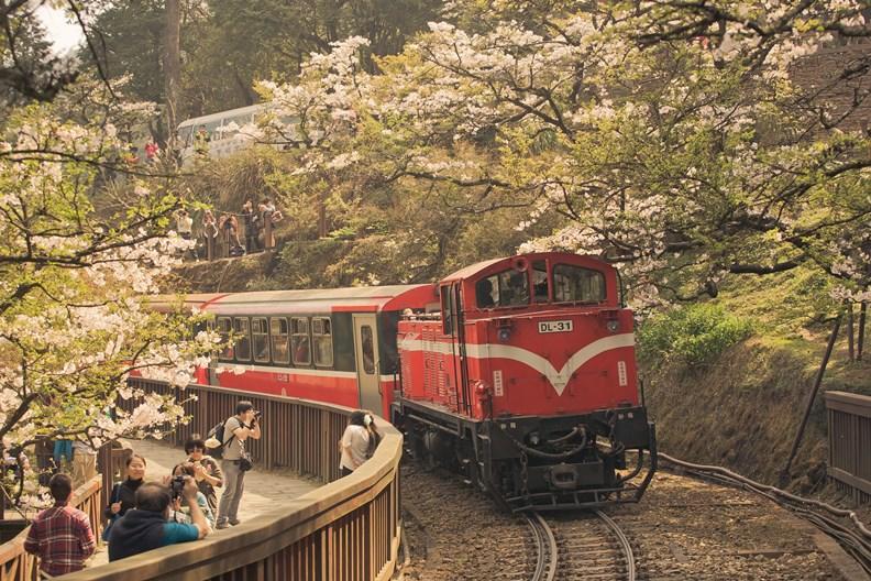搭火車、深入城鎮、慢遊台灣,將是2021年的旅遊新風尚。(圖片提供:雄獅)
