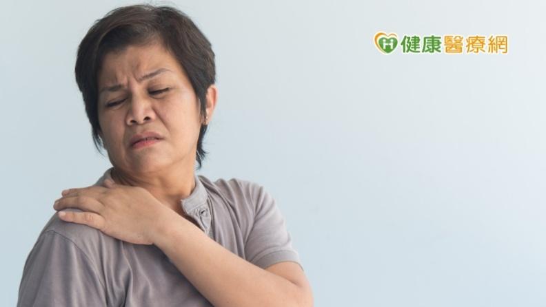 婦人玩健身環肩膀疼痛,休息未改善,竟是肩膀旋轉肌斷裂。