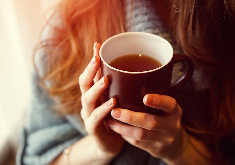 春睏的人,推薦可以飲用「解睏茶」,幫助身體除濕、養肝及保養陽氣。僅為情境配圖,取自shutterstock。