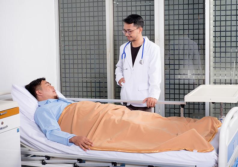 主治醫師對待病人的耐心和細膩,方能安撫人心。圖片來自Unsplash