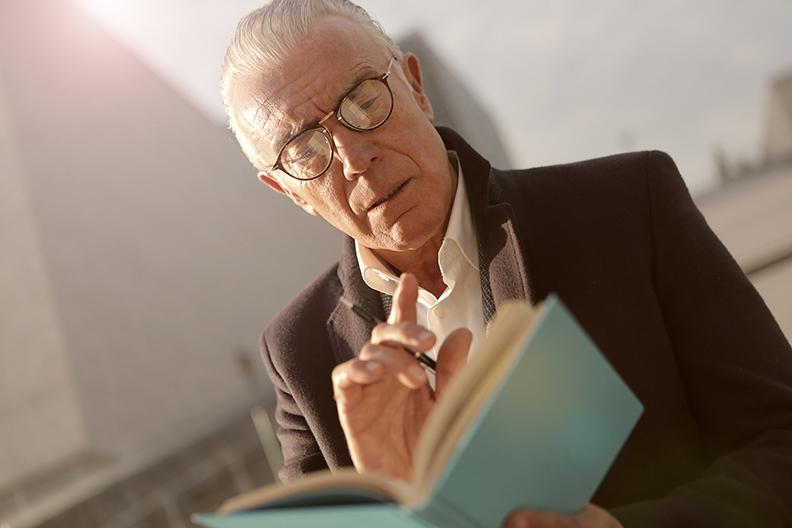智力高,常動腦的熟齡人士,比較長壽。圖片來自pexels