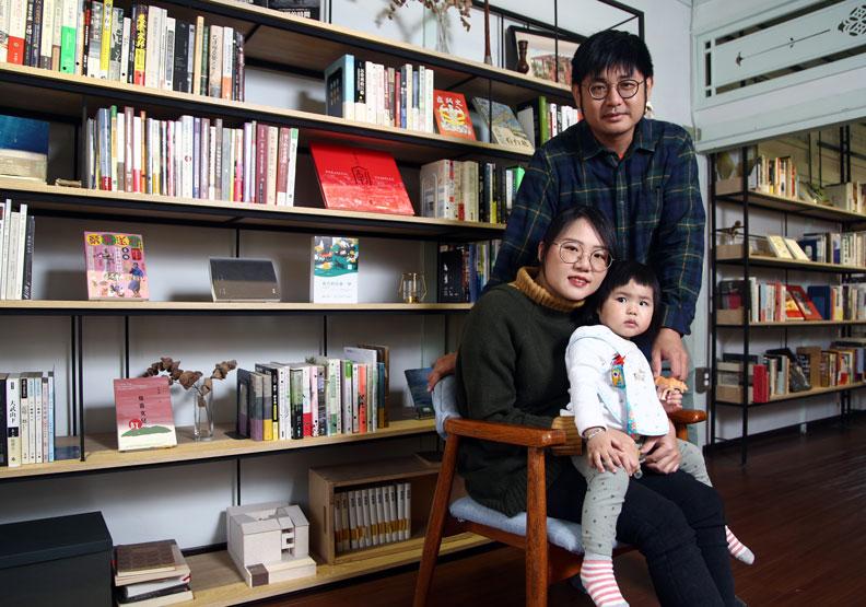 繫本屋的店主徐孝晴(立者)和太太彭巧如一家。
