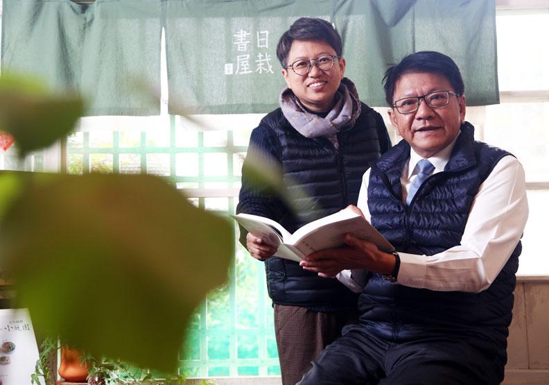 屏東縣長潘孟安(右)針對文化活動著力甚多。位於屏東勝利星村的小陽。日栽書屋