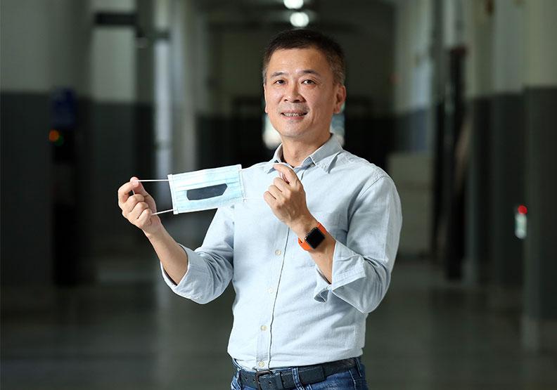 台灣康匠總經理陳勇志,手中為開發中、前期的透明口罩。張智傑攝