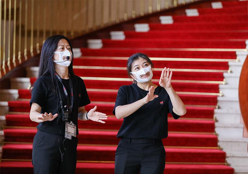 國家兩廳院與台灣康匠合作,前台工作人員將依需求配戴看的到嘴型的「透明口罩」,減少聽損朋友的溝通障礙。兩廳院、康匠提供