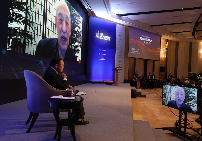 2020遠見高峰會突破國界限制,國際大師傅高義特別與高希均教授,透過LIVE即時連線,進行意見交流。蘇義傑攝