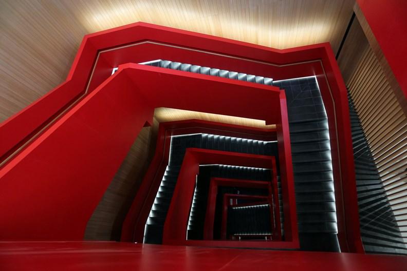貫穿整棟建築的紅色樓梯,是網紅打卡必拍景點。