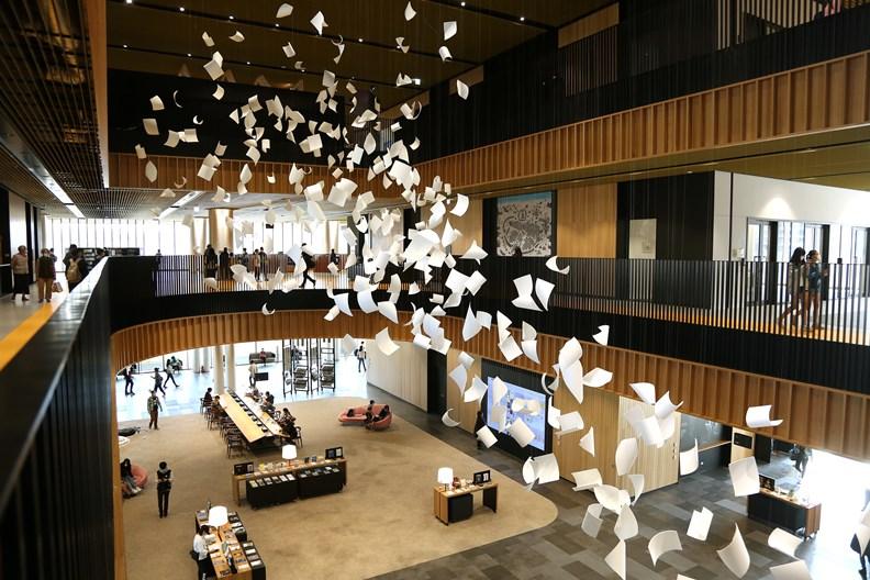 宛如書卷紙張迎風飛舞的公共藝術「陣風」。