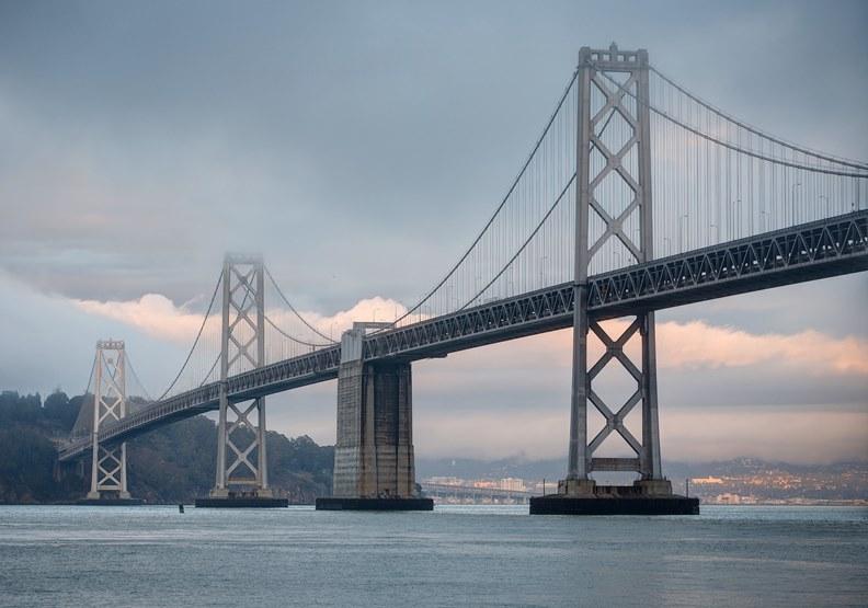 舊金山灣區大橋,圖片來自維基百科。