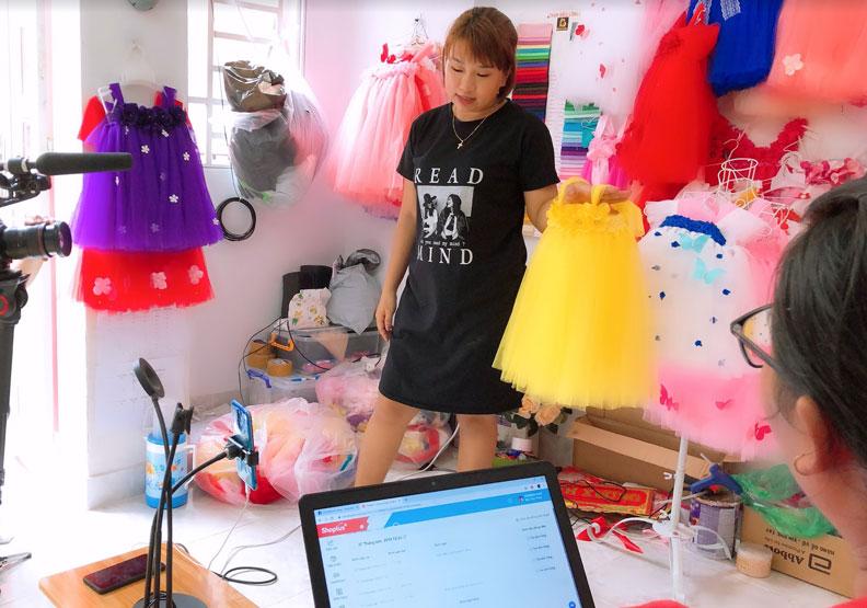 越南零售業者 Truc Nhi 正在臉書上銷售自己設計的童裝,支撐一家子的生計。iKala提供