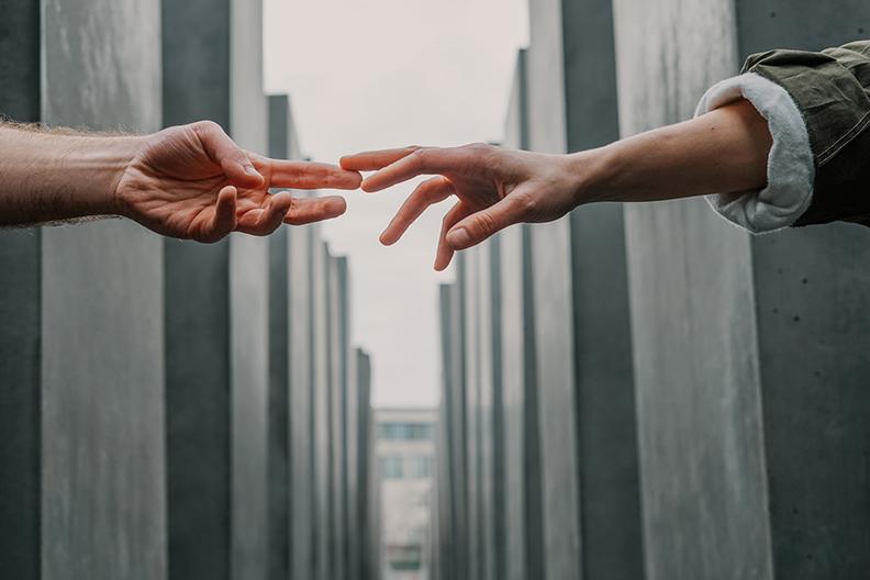 每段關係的修補,都需要有人主動伸出手,才能和解。圖片來自unsplash