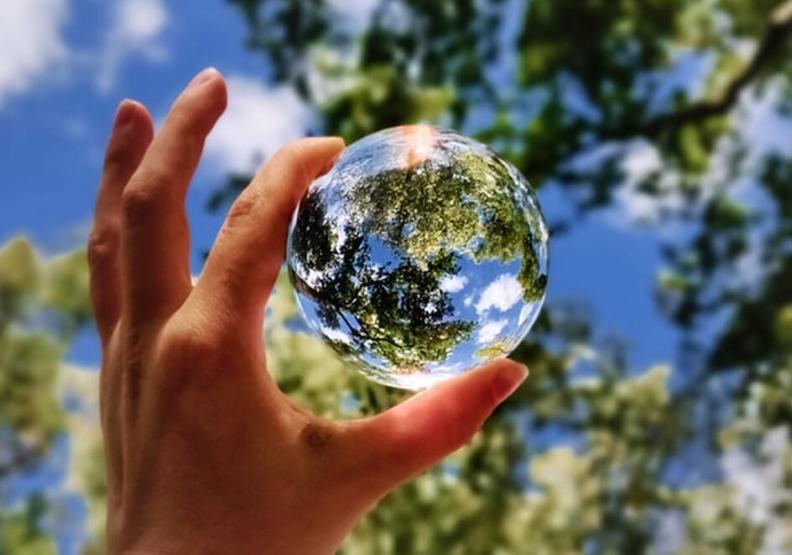 愛護地球、順應國際趨勢,許多企業都積極推行ESG。圖片來自unsplash