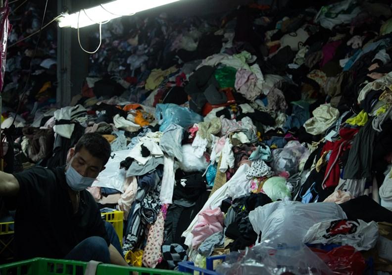 衣服堆滿廠、半年零收入!舊衣回收廠怎麼撐下去?