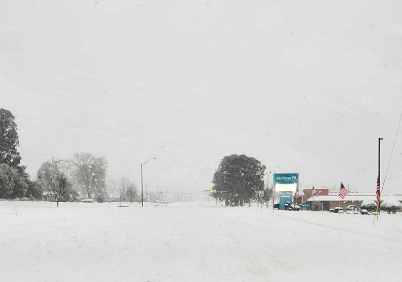 德州近日寒流,大雪冰封讓當地斷水電。圖片來自Texarkana Texas Police Department臉書