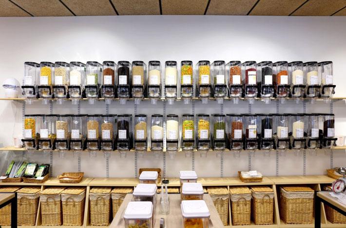 Unpackaged.U 以密封罐取代食品的塑膠包裝。圖片取自Unpackaged.U 商店粉絲專頁