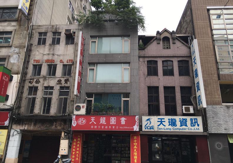 圖最左的樓房寫有「資生堂公司」,原為「一六軒」,今則連房子都拆了,空在那裡。