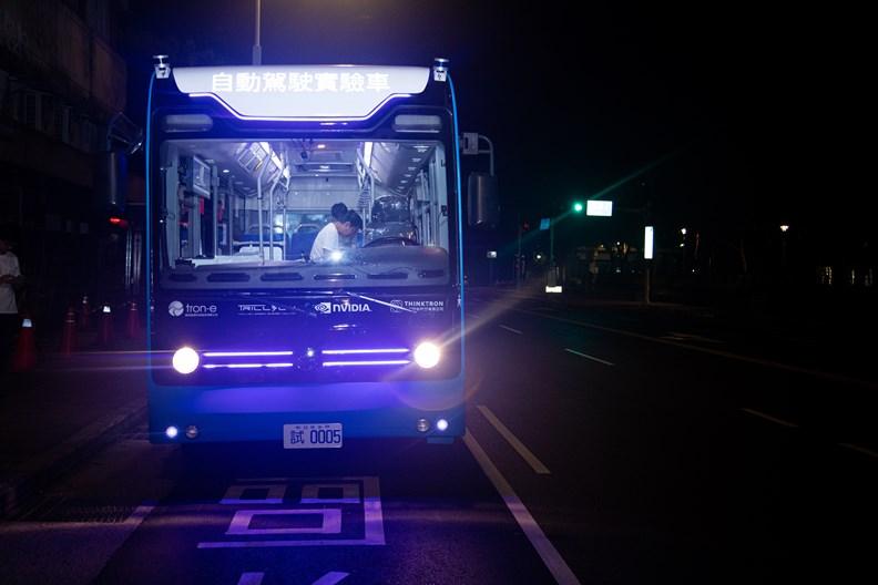台北市已在鬧區馬路上試運行半年的自駕巴士。