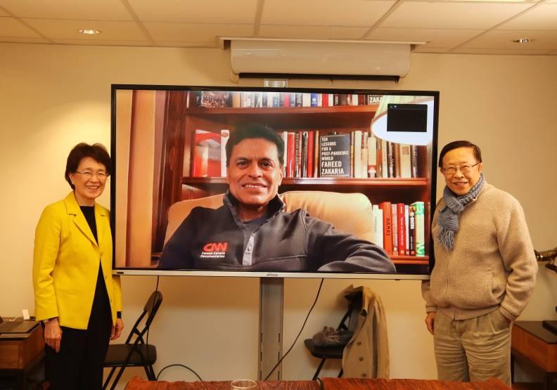 遠見.天下文化事業群創辦人高希均(右)、發行人王力行(左),以越洋視訊專訪札卡瑞亞。蘇義傑攝