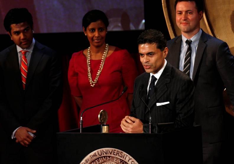 做為公共知識份子,札卡瑞亞堅持「必須有人守住那條線!」圖為2012年《札卡瑞亞GPS》節目獲頒皮博迪獎。達志影像