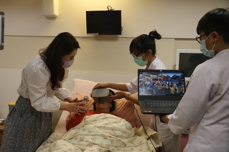 提供病患懷舊與休閒的虛擬實境(VR)設備。