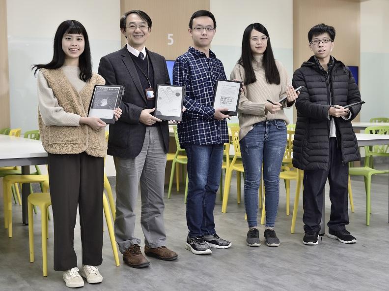 弘光科技大學 圖資長段翰文(左二)。